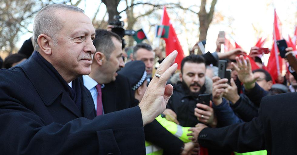 Cumhurbaşkanı Erdoğan, Londra'da kendisine sevgi gösterisinde bulunan vatandaşları selamladı